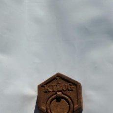 Antigüedades: PESA DE BALANZA DE 1 KILO EN HIERRO Y SELLOS DE PLOMO,ANTIGUA,SIGLO XIX APROX. Lote 73736555