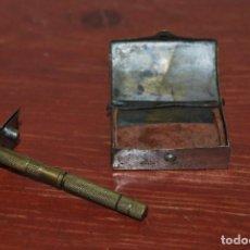 Antigüedades: CAJA METÁLICA CON MAQUINILLA O CUCHILLA DE AFEITAR PORTÁTIL - DESMONTABLE. Lote 73982771