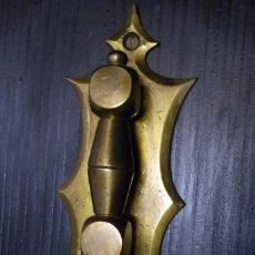 Antigüedades: ANTIGUO LLAMADOR DE LATON MUY DECORATIVO. Lote 74258151