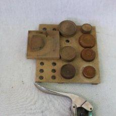 Antigüedades: REMACHADORA DRGM CON TROQUELES EN MADERA. Lote 74344867
