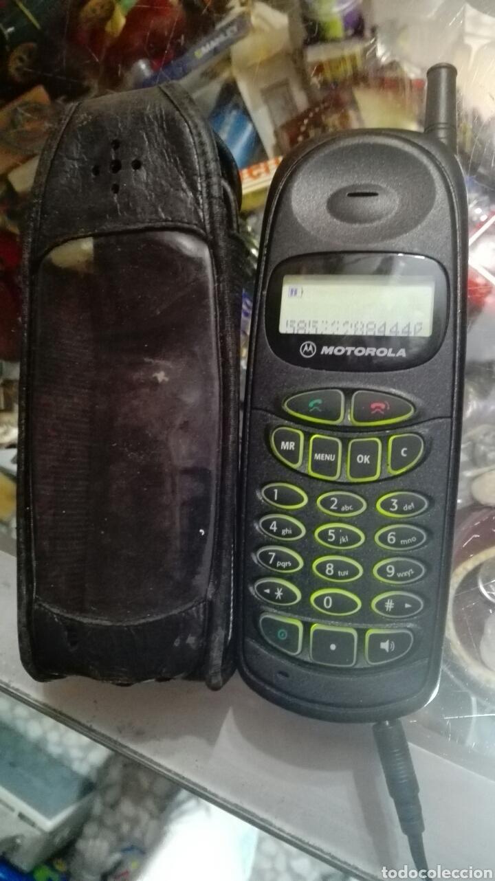 TELÉFONO MOTOROLA CON FUNDA Y CARGADOR FUNCIONA (Antigüedades - Técnicas - Teléfonos Antiguos)