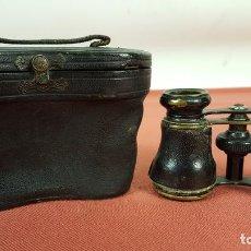 Antigüedades: BINOCULARES DE OPERA. LATON Y PIEL. FUNDA DE PIEL ORIGINAL. SIGLO XIX-XX.. Lote 69495429