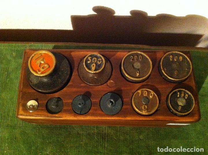 Antigüedades: BONITO JUEGO DE 10 ANTIGUAS PESAS DE HIERRO EN TACO DE MADERA DESDE 1 kg HASTA 5g (M08) - Foto 2 - 72326179