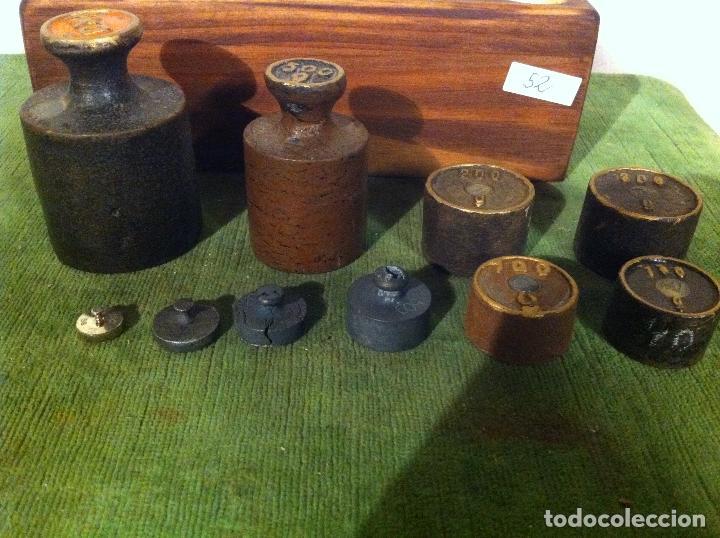 Antigüedades: BONITO JUEGO DE 10 ANTIGUAS PESAS DE HIERRO EN TACO DE MADERA DESDE 1 kg HASTA 5g (M08) - Foto 3 - 72326179
