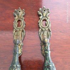 Antigüedades: DOS TIRADORES DE BRONCE CON BOCALLAVES. Lote 75098998