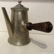 Antigüedades: CAFETERA ANTIGUA DE HIERRO CON ASA DE MADERA, PRINCIPIOS SIGLO XX. Lote 75304343