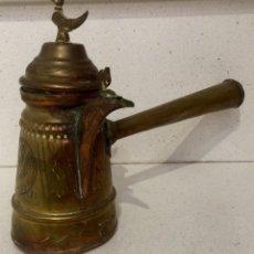 Antigüedades: ANTIGUA CAFETERA DE LATÓN CON DECORACION GRABADA DE PRINCIPIOS DEL S. XX. Lote 75305121