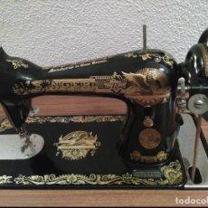 Antigüedades: MAQUINA DE COSER SINGER CON MUEBLE - VER FOTOS - BUEN ESTADO - SOLO RECOGIDA EN MADRID. Lote 76030807