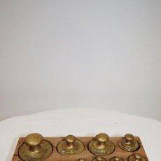 Antigüedades: JUEGO DE 14 PESAS MUY ANTIGUO. Lote 76100903
