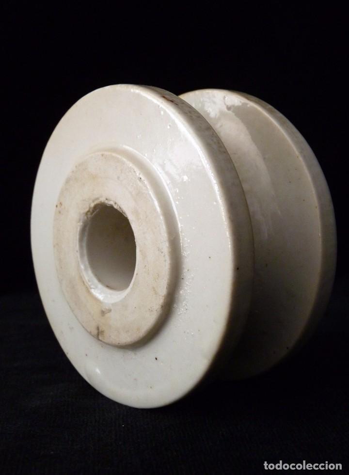 Antigüedades: ENORME AISLANTE ELÉCTRICO DE PORCELANA 9,5x5 cm. PISAPAPELES - Foto 2 - 76592247