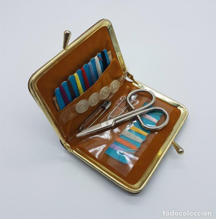 Antigüedades: Costurero de viaje antiguo tipo monedero de pellizco en polipiel marrón y metal . - Foto 2 - 76618763