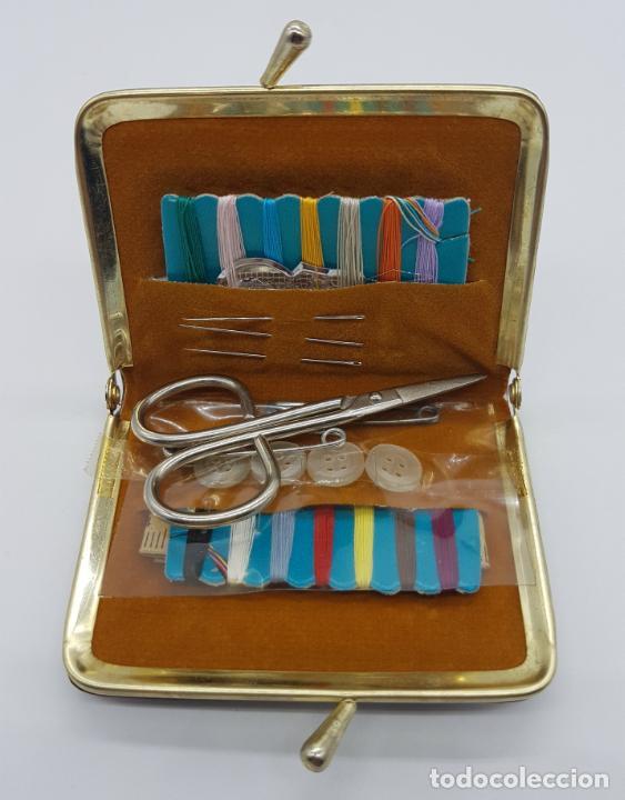 Antigüedades: Costurero de viaje antiguo tipo monedero de pellizco en polipiel marrón y metal . - Foto 3 - 76618763