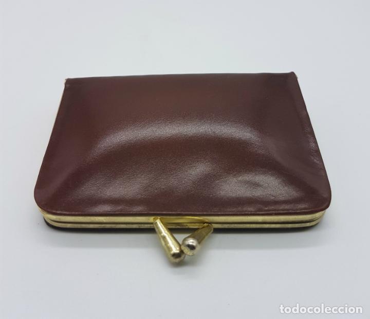 Antigüedades: Costurero de viaje antiguo tipo monedero de pellizco en polipiel marrón y metal . - Foto 4 - 76618763