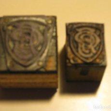 Antigüedades: DOS PLANCHA TACO / MOLDE DE TIPOGRAFIA * GRANDE Y PEQUEÑO DE ESCUDO CON LETRAS SIN IDENTIFICAR *. Lote 76684403