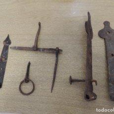 Antigüedades: LOTE DOS PARES DE BISAGRAS CERROJO Y TIRADOR. Lote 77582897