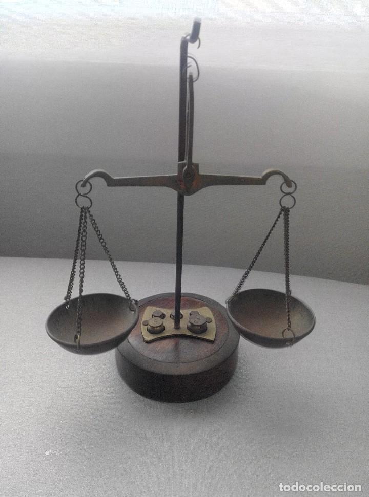 PRECIOSA BALANZA CON SUS PESAS SOBRE BASE (Antigüedades - Técnicas - Medidas de Peso - Balanzas Antiguas)