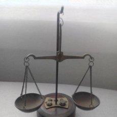 Antigüedades: PRECIOSA BALANZA CON SUS PESAS SOBRE BASE. Lote 77951849
