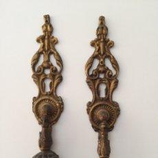 Antigüedades: ANTIGUOS EMBELLECEDORES DE BRONCE CON TIRADORES. Lote 78847733