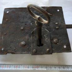 Antigüedades: CERRADURA DE FORJA CON LLAVE.- (SIGLO XIX). Lote 78866021