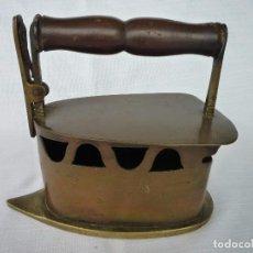 Antigüedades: ANTIGUA PLANCHA DE BRASAS EN LATÓN Y BRONCE. Lote 79841913
