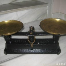 Antigüedades: BÁSCULA ANTIGUA CON PLATOS DE LATÓN. Lote 79860505