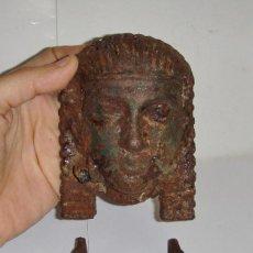 Antigüedades: ALDABA O LLAMADOR DE PUERTA. HIERRO. S.XIX. CON CARA EGIPCIA.. Lote 79929101