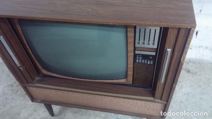 Antigüedades: Botita televisión antigua de valvulas, mueble de puertas correderas, ideal para adornar escaparate - Foto 3 - 80304625