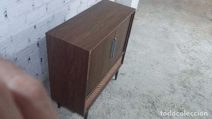 Antigüedades: Botita televisión antigua de valvulas, mueble de puertas correderas, ideal para adornar escaparate - Foto 16 - 80304625