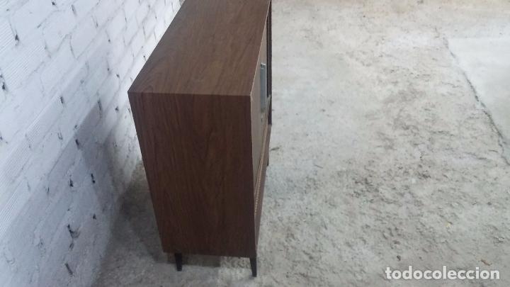 Antigüedades: Botita televisión antigua de valvulas, mueble de puertas correderas, ideal para adornar escaparate - Foto 17 - 80304625