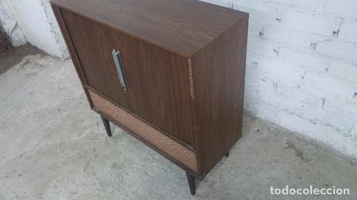 Antigüedades: Botita televisión antigua de valvulas, mueble de puertas correderas, ideal para adornar escaparate - Foto 20 - 80304625