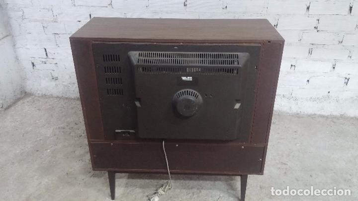 Antigüedades: Botita televisión antigua de valvulas, mueble de puertas correderas, ideal para adornar escaparate - Foto 25 - 80304625