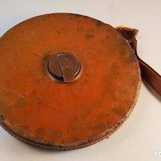 Antigüedades: ANTIGUA CINTA MÉTRICA BESTE LEDER KAPSEL DE 50 METROS.. Lote 80411765