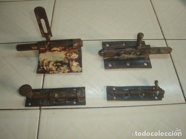 Antigüedades: Lote de 5 x antiguo pestillo o cerrojo de hierro forjado / forja - Foto 5 - 80622074