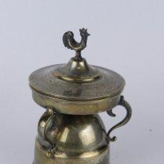 Antigüedades: ANTIGUO MECHERO DE LACRE, HORNILLO, CALENTADOR, REALIZADO EN ALPACA, CON TAPA TERMINADA EN UN GALLO,. Lote 80809895