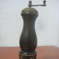 Antigüedades: ANTIGUO Y BONITO MOLINILLO PIMENTERO HECHO EN MADERA TALLADA Y BRONCE, DATA DE LOS AÑOS 30. Lote 81499504