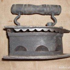 Antigüedades: GIGANTESCA PLANCHA DE CARBON HIERRO FUNDIDO. 28 CM LARGO X 23 CM ALTURA. Lote 81922184
