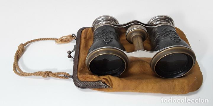 BINOCULARES. LATÓN Y METAL. REPUJADO. CHEVALIER. PARIS. AÑO 1920. (Antigüedades - Técnicas - Instrumentos Ópticos - Binoculares Antiguos)