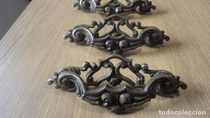 Antigüedades: ANTIGUO CONJUNTO DE 6 TIRADORES DE CAJON.LATON FUNDIDO.AÑOS 20,20 - Foto 2 - 82882304