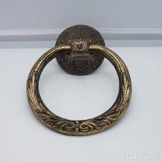 Antigüedades: ALDABA ANTIGUA EN METAL CON MOTIVOS VICTORIANOS EN RELIEVE .. Lote 82942352