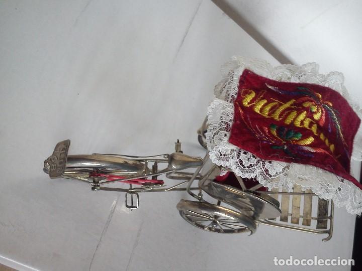 Antigüedades: MAGNIFICA Y BONITA BICICLETA HECHA DE HOJALATA TRANSPORTADORA DE TURISTAS - Foto 7 - 82983444