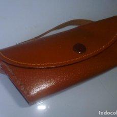 Antigüedades: FUNDA GAFAS DE CUERO - CON ASA. Lote 83041640
