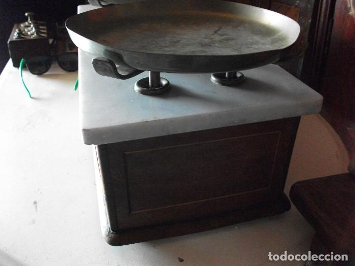 Antigüedades: Balanza bascula de farmacia con platos y juego de pesas medida 54 X 22 cm. altura 22 cm. funcionando - Foto 3 - 83752764