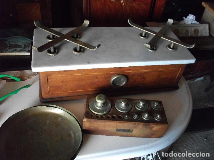 Antigüedades: Balanza bascula de farmacia con platos y juego de pesas medida 54 X 22 cm. altura 22 cm. funcionando - Foto 5 - 83752764