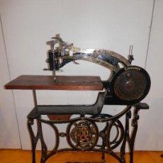 Preciosa máquina de coser C. Inusable con pie espectacular