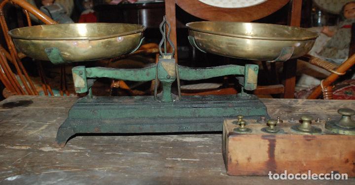 Antigüedades: ANTIGUA BALANZA DE HIERRO COLOR VERDE CON JUEGO DE PESAS - Foto 2 - 83796232