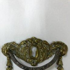 Antigüedades: ANTIGUO Y PRECIOSA TIRADOR EN BRONCE Y ASA DE HIERRO TALLADO CON BOCALLAVE, PARA MUEBLE . Lote 83899428