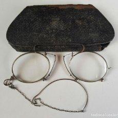 Antigüedades: GAFAS O LENTES ESTILO QUEVEDO. FUNDA ORIGINAL MONTURA EN METAL PLATEADO. SIGLO XX.. Lote 83903748