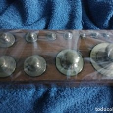 Antigüedades: ANTIGUO PONDERAL BRONCE CON BASE MADERA 11 PESAS. Lote 84168879