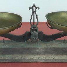 Antigüedades: ANTIGUA GRAN BALANZA. HIERRO. PLATOS DE LATÓN. ESPAÑA. SIGLO XIX.. Lote 84335320