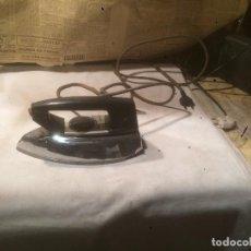 Antigüedades: ANTIGUA PLANCHA ELÉCTRICA MARCA MATIC PLUME AÑOS 60 EN CAJA ORIGINAL . Lote 85253944